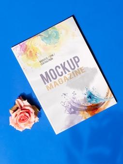 Макет журнала и розы на синем фоне