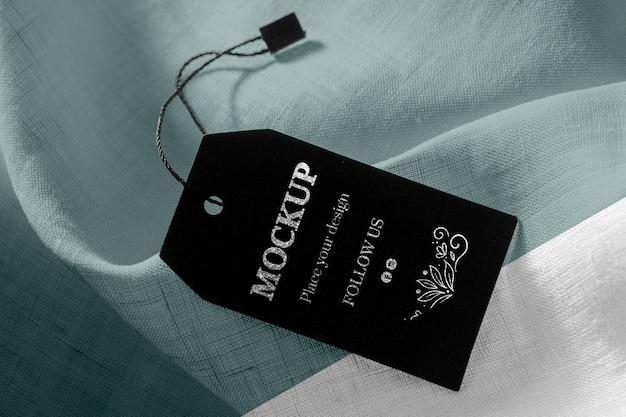 Макет черных этикеток одежды на мягкой ткани