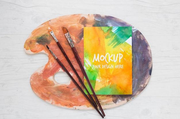 水彩とブラシのモックアップ塗装