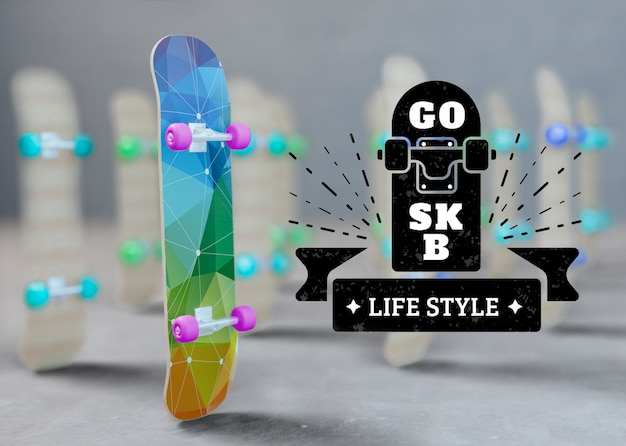 로고 옆에 서있는 모형 스케이트 보드