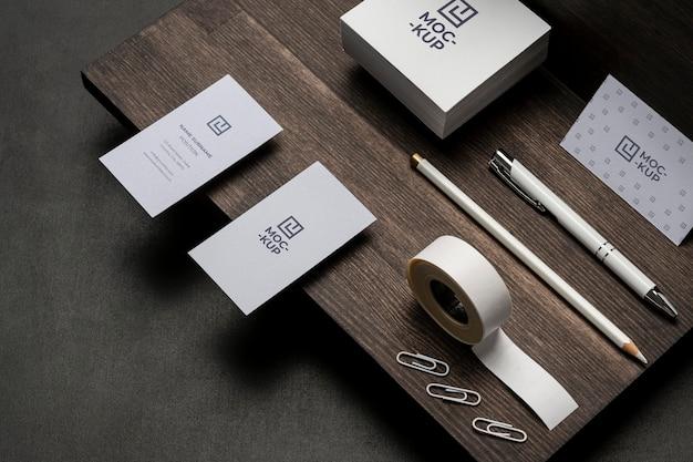 Макет канцелярских товаров на сортименте из дерева