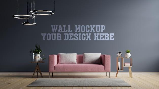 モダンなインテリアのモックアップ壁には、空の暗い壁にピンクのソファがあります