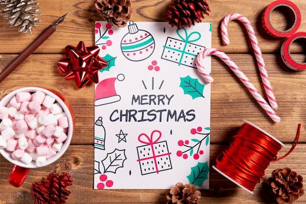 Макет с рождественскими подарками и простоватыми украшениями