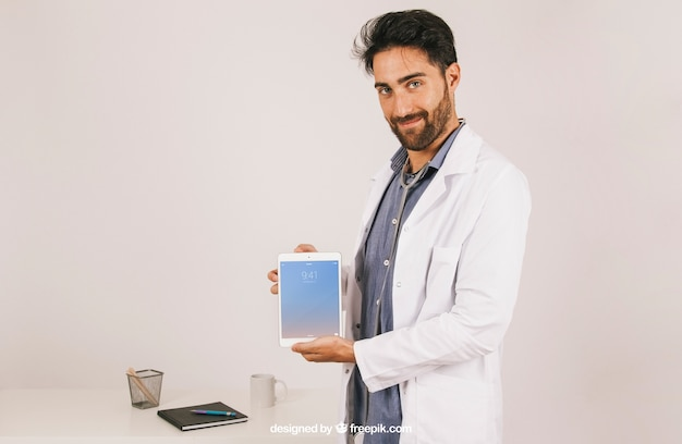 医者がタブレットを持って黙って