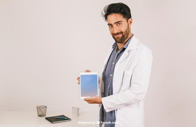 Макет с врачом холдинг таблетка