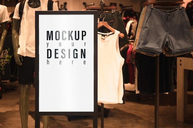 男性のファッションショップの前のモックアップ広告看板ライトボックス。