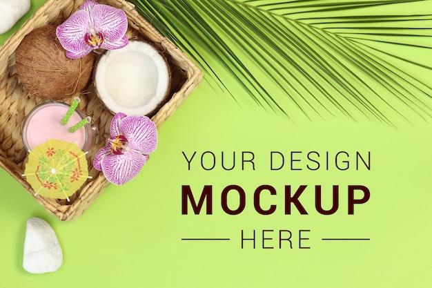 Макет баннера с коктейлем и кокосовым орехом на зеленом