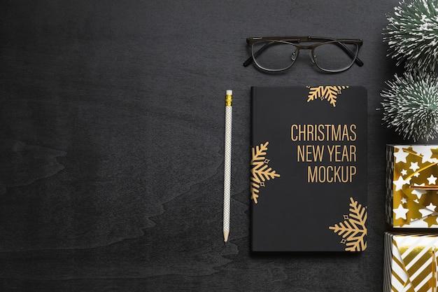 クリスマスと新年のモックアップ空白の黒い本の表紙