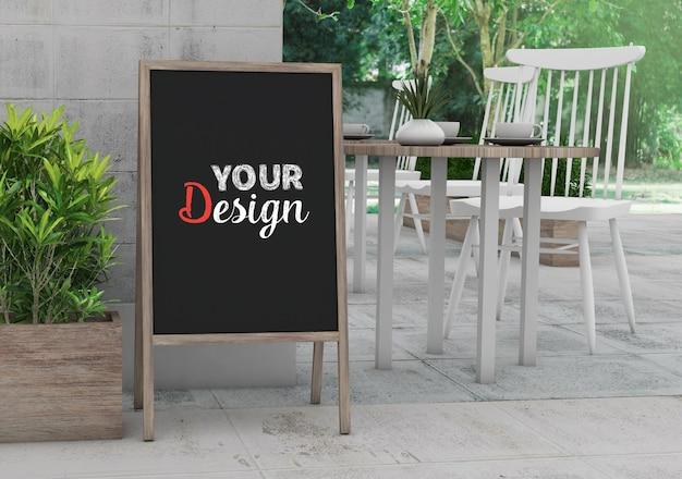 ショップやレストランのデザインのモックアップ空白の黒板フレーム