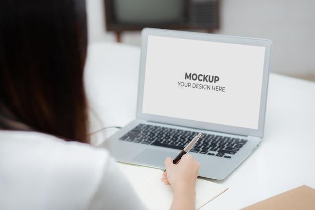 일하는 여자와 모형 빈 디스플레이 화면 노트북 컴퓨터