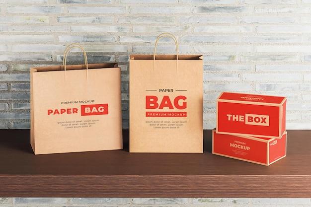 Мокап коричневый бумажный пакет с красной коробкой для покупок