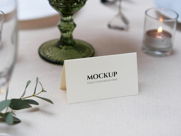 結婚式のテーブルセッティングのモックアップカード