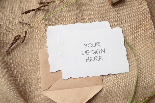 이랑 카드 인사말 카드 또는 허브 들쭉날쭉 한 가장자리와 청첩장, 베이지 색에 빈티지 스풀
