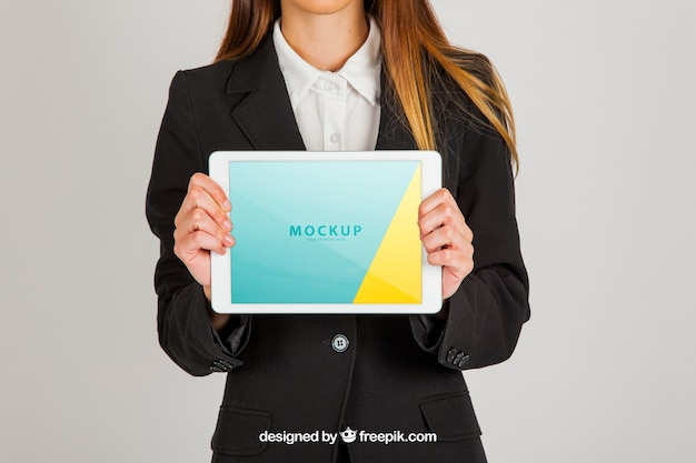 Mockup concetto di business donna holding tablet