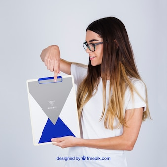 Концепция макета молодой женщины, держащей буфер обмена