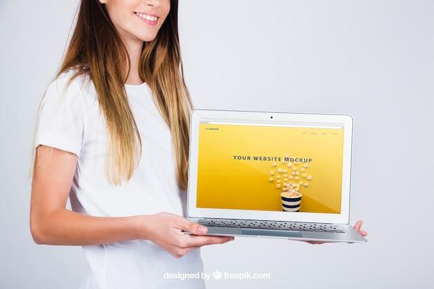 Mockup concetto di donna azienda computer portatile