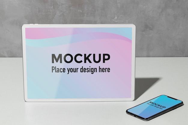 テーブル上のモックアップデバイス