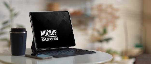 커피 테이블에 키보드와 커피 컵 모형 디지털 태블릿