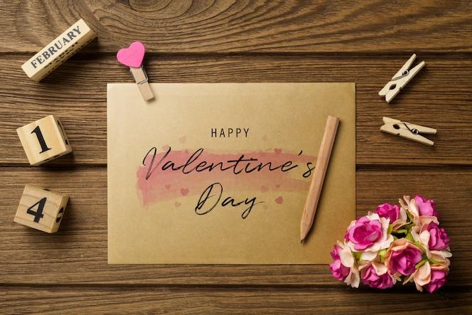 발렌타인 데이 대 한 나무 테이블에 이랑 봉투입니다.
