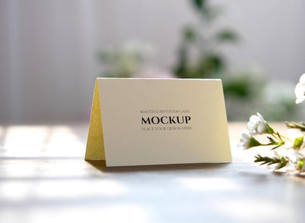 結婚式のテーブルの名前の場所のモックアップ折り畳まれたカード