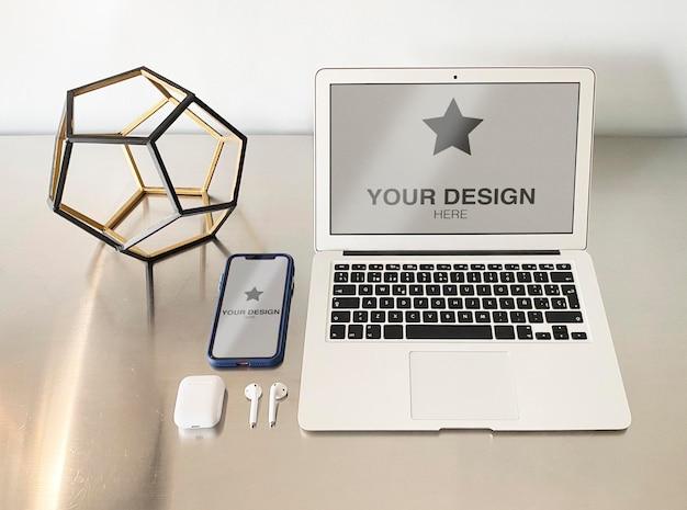 금속 캐비닛의 노트북 및 휴대 전화 모형