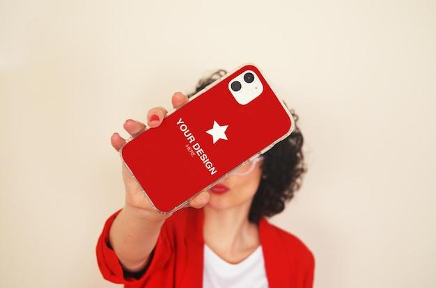 自撮り写真を撮る女性との電話カバーのモックアップ