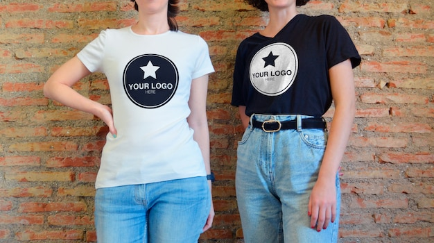 티셔츠 이랑-캐주얼 포즈에 두 여자