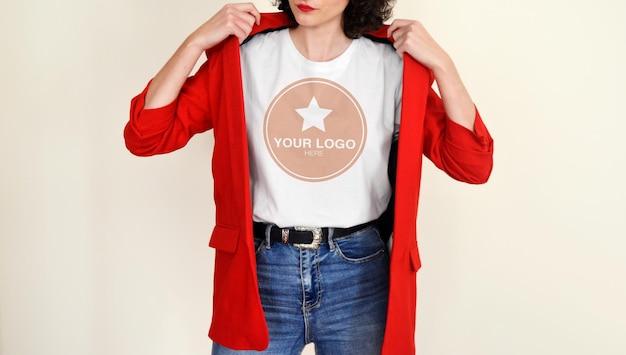 Мокап для белой футболки женщины с красным пиджаком