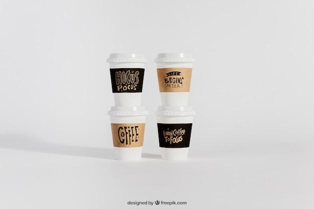 Mockup di quattro tazze di caffè da portare via