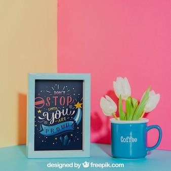 Mockup di frame accanto alla tazza blu