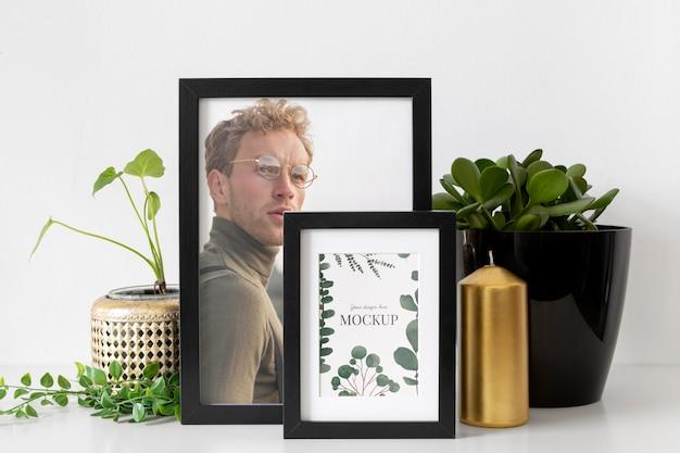 식물 옆에 테이블에 모형 프레임