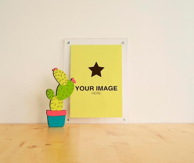Рамка для макета с кактусами на деревянном столе