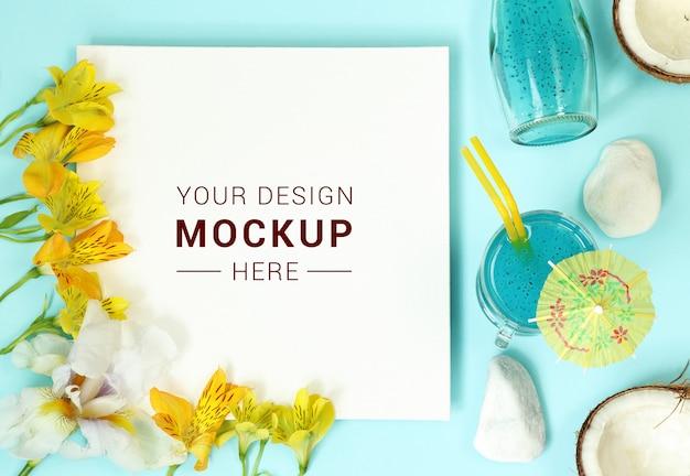 Рамка макета с цветами, кокосом и коктейлем