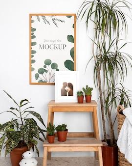 Cornice di mockup sulla tavola di legno