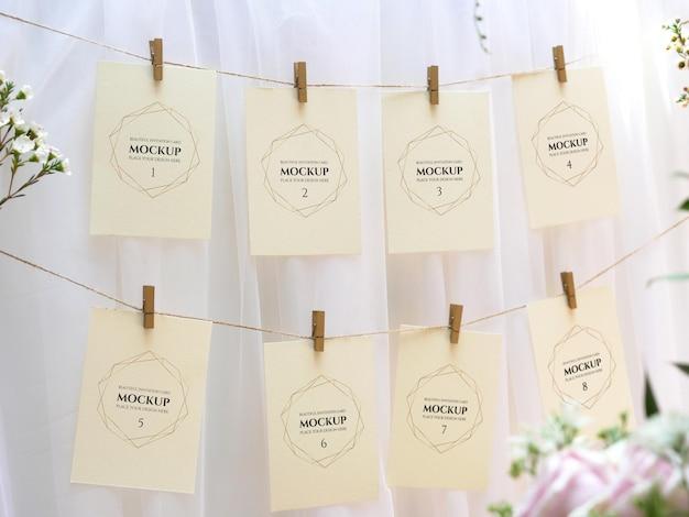 結婚式で白い空白のスペースカードセットをぶら下げモックアップ