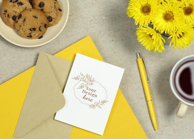 黄色のメモ、ペン、夏の花のモックアップホリデーカード