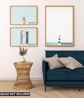 Мокап горизонтальной и вертикальной фоторамки с синим диваном и натуральным столом