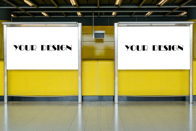 地下鉄駅の広告用ブランク看板のモックアップ画像