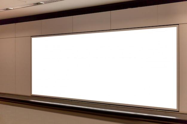 Макет изображения пустой рекламный щит белого экрана и плакаты привели в метро для рекламы