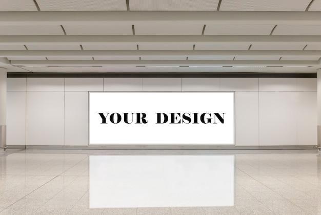 빈 빌보드 흰색 화면 포스터의 모형 이미지와 지하철 역에서 주도