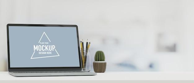 Макет изображения ноутбука на верхнем столе и свободное место для вашей копии размытия фона 3d-рендеринга