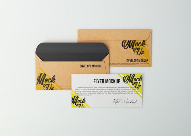 モックアップクラフト紙の封筒とチラシ