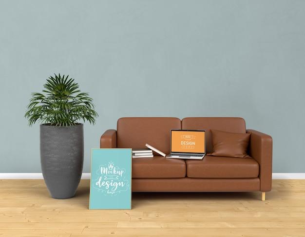 リビングルームのモダンなインテリアで家を飾るモックアップラップトップとポスターフレーム。