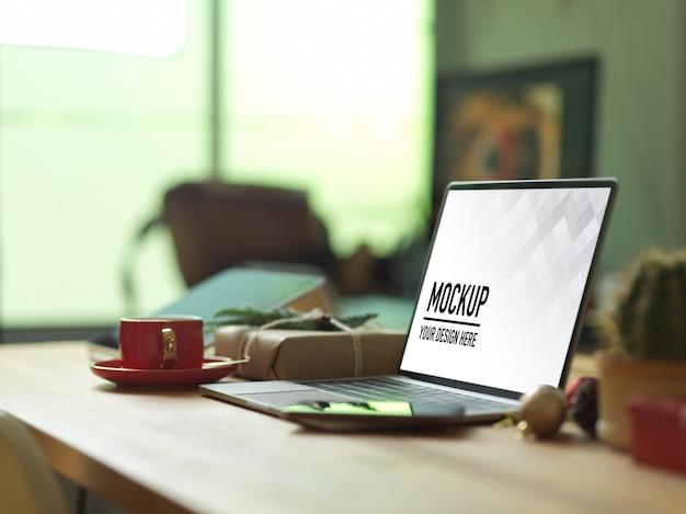 스마트 폰으로 나무 테이블에 모형 노트북