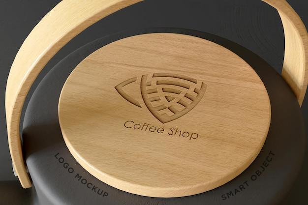 Мокап логотипа с деревянной крышкой чайника