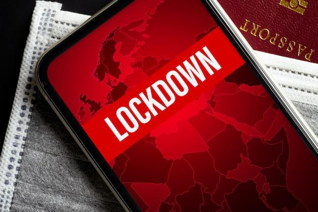Макет мобильного телефона на серые маски для лица на красный паспорт для covid-19 Premium Psd