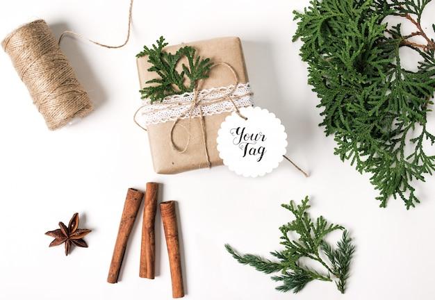 Макет рождественской подарочной коробки с круглой биркой