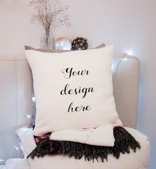 Макет белой подушки в спальне на рождество