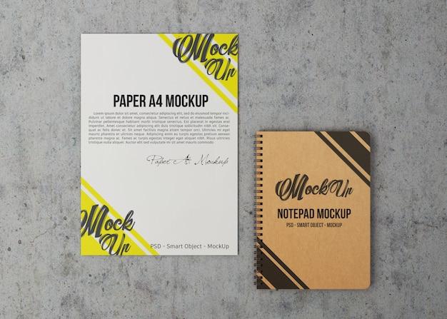 A4用紙とノートブックのモックアップ