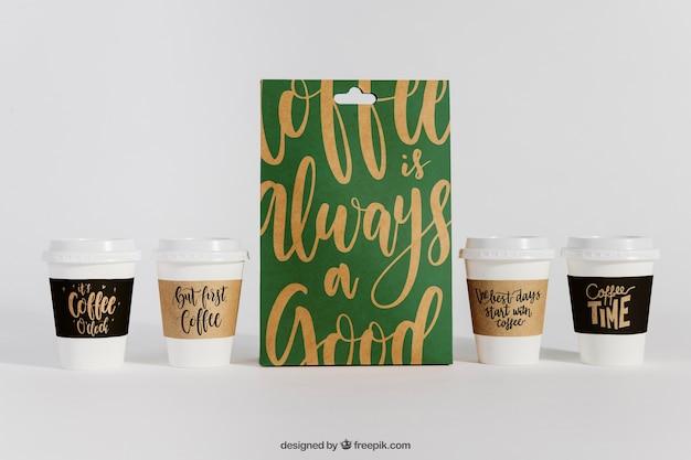 袋と4つのコーヒーカップのモックアップ